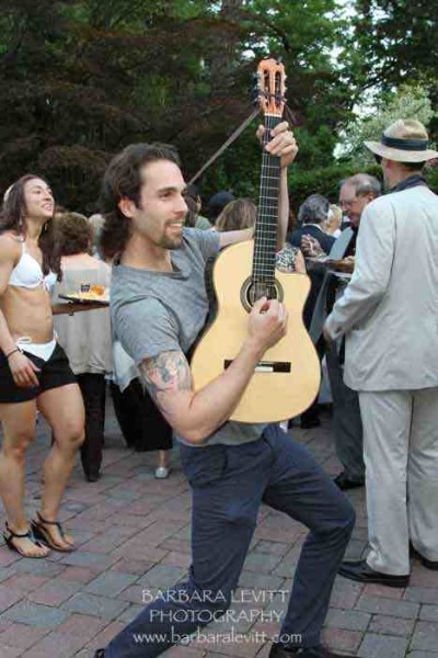 One of the many performers strolling the grounds at Notte di Fellini